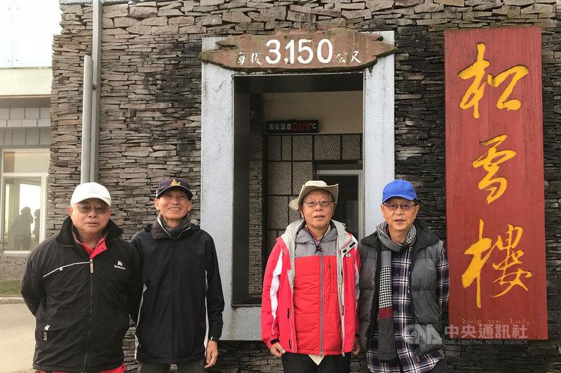 清華大學核工系5名學生在1971年7月25日攀登奇萊山,卻遇颱風罹難,他們的同窗好友從未忘懷逝者,4名七旬老翁王伯輝(左起)、杜博文、周懷樸、林思賢再登奇萊致祭追思。(清華大學提供)中央社記者郭宣彣傳真 110年7月26日