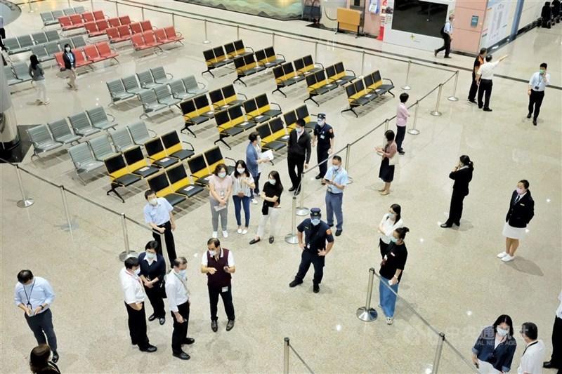 疫情指揮中心26日表示,全球Delta變異株持續傳播,27日起非本國籍人士仍暫緩入境。圖為桃園國際機場。(中央社檔案照片)