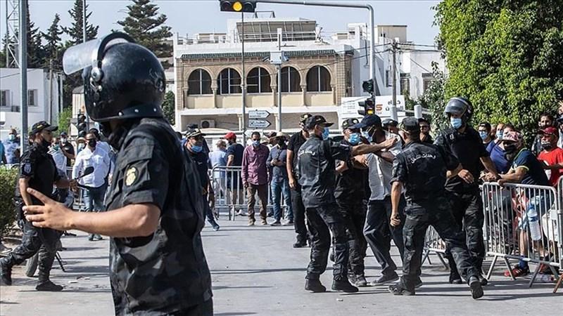 北非國家突尼西亞總統薩伊德25日開革總理麥奇齊、凍結國會,引發突尼西亞邁向民主10年來最大政治危機。圖為26日雙方支持者在議會大樓前發生衝突。(安納杜魯新聞社)