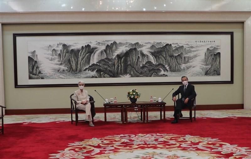 美國副國務卿雪蔓(左)訪中,會晤中國國務委員兼外交部長王毅(右),在會中她幾乎全部敏感議題都提及,包括北京在台海作為、對香港的打壓及在新疆進行種族滅絕等。(圖取自twitter.com/DeputySecState)