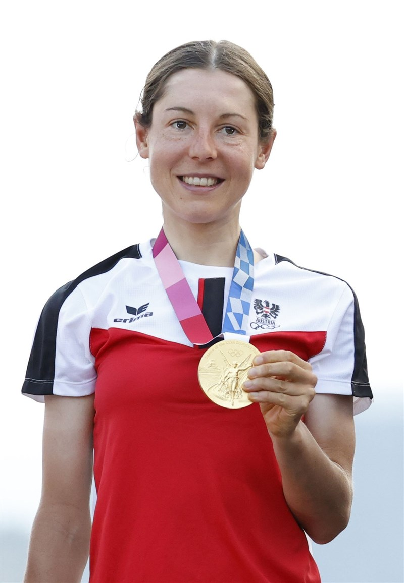 奧地利女子自由車好手基森霍佛25日以3小時52分45秒衝過終點線,以黑馬之姿奪下生涯首座奧運金牌。(共同社)