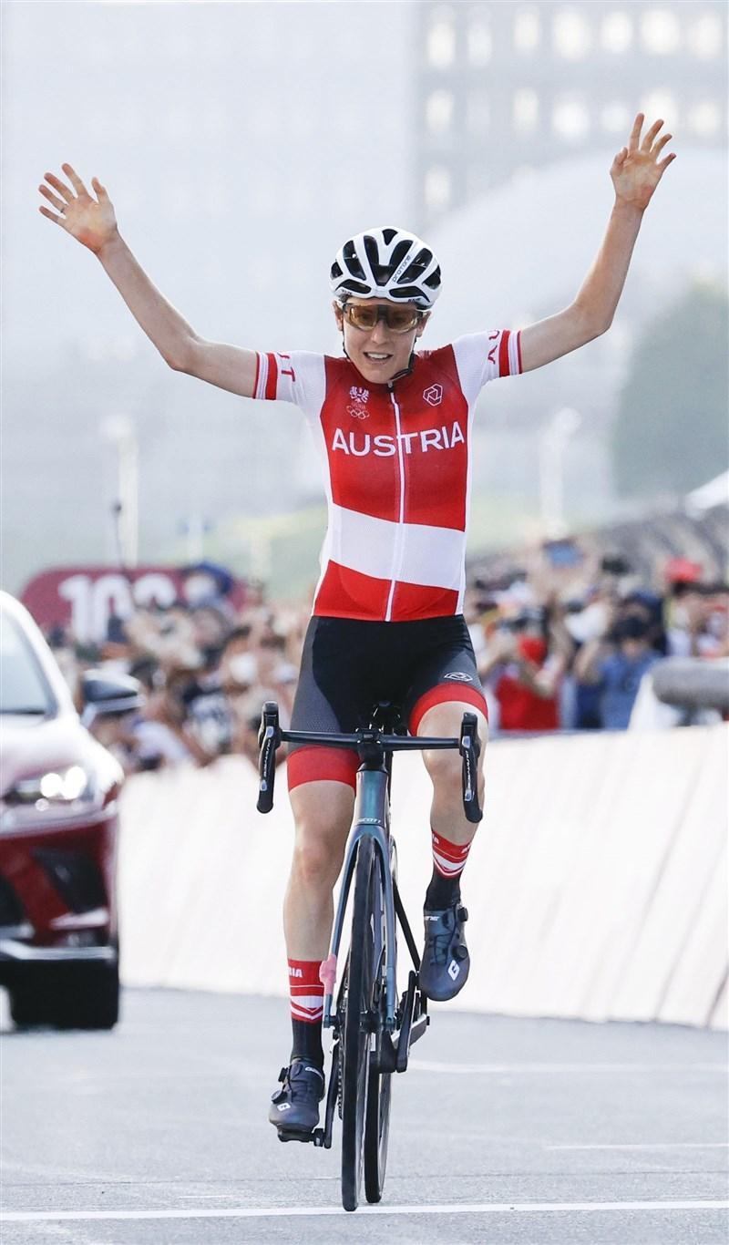奧地利女子自由車好手基森霍佛25日在東京奧運個人公路賽爆冷摘金,上演大驚奇。(共同社)