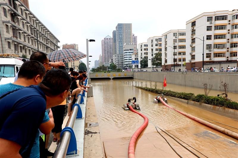 鄭州洪災中全面受淹的京廣北路隧道26日新增2名罹難者,然而數字與各界估計的罹難人數及受淹車輛數差距過大。圖為22日京廣路隧道搜救情形。(中新社)