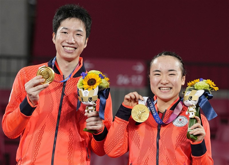 東京奧運桌球項目26日進行混雙金牌戰,日本隊水谷隼(左起)、伊藤美誠以4比3贏中國隊。(共同社)