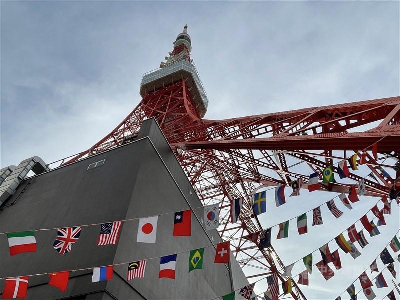 著名地標東京鐵塔在東京奧運期間掛起參賽各國國旗,代表台灣的中華民國國旗與日本、美國的國旗並列,而非中華奧會會旗。中央社記者楊明珠攝 110年 7月26日