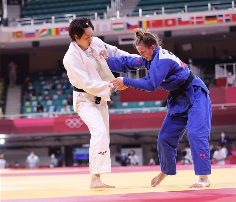 台灣「柔道女王」連珍羚(白衣者)26日出戰東京奧運柔道項目女子57公斤級16強淘汰賽,對上斯洛維尼亞選手(藍衣者),最終連珍羚因吞3個指導落敗,爆冷出局。(體育署提供)