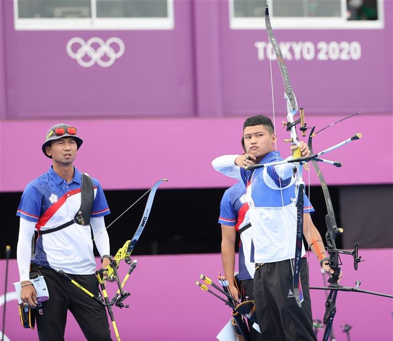 台灣男子射箭代表隊26日在男子團體賽16強,以5比4險勝澳洲隊,挺進8強。圖為台灣小將湯智鈞(前右)提弓上陣。(體育署提供)
