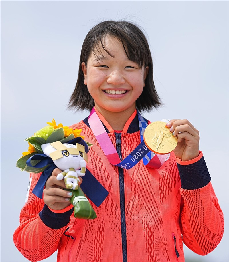 東京奧運新增滑板項目,女子滑板街式賽26日由日本13歲選手西矢椛奪金,成為日本史上最年輕奪金選手。(共同社)