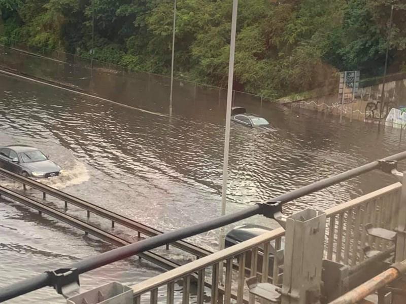 英國首都倫敦25日又降下伴隨隆隆雷聲的豪大雨,市區街道多處積水,公車與各型車輛受困其中動彈不得。(圖取自twitter.com/LondonFire)