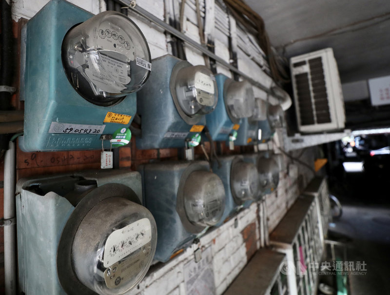 全台飆高溫,台電27日證實,本日最高用電量發生在下午1時50分,高達3884.4萬瓩;實際備轉容量為395萬瓩,備轉容量率10.17%,供電顯示為綠燈。中央社記者張皓安攝 110年7月27日
