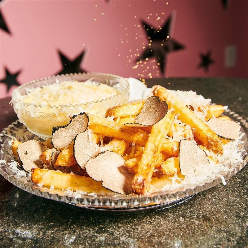 紐約知名餐廳「奇緣3」的松露薯條,一盤要價200美元(新台幣5600元)。(圖取自facebook.com/serendipity3)