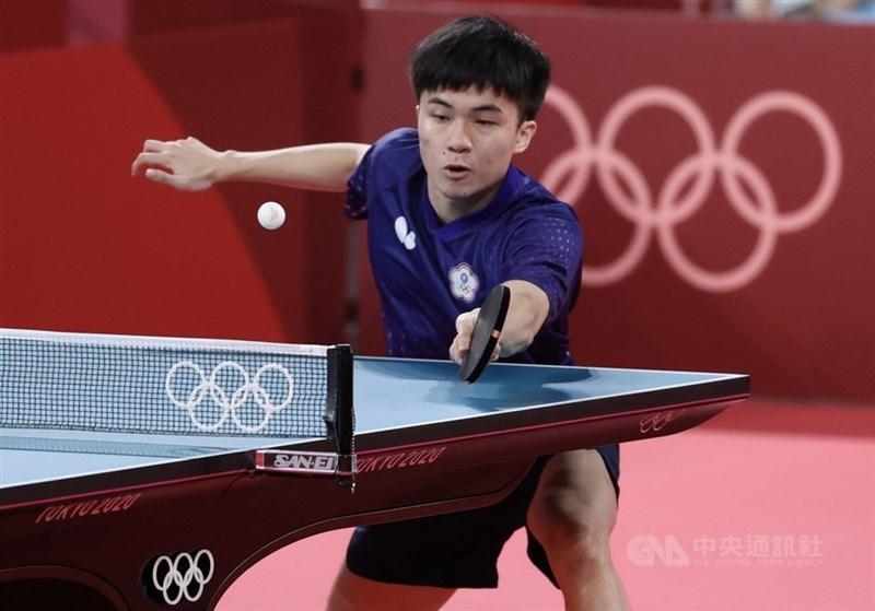 林昀儒(圖)27日桌球男單擊敗瑞典對手卡爾貝里,晉級16強。圖為林昀儒26日比賽畫面。(中央社檔案照片)