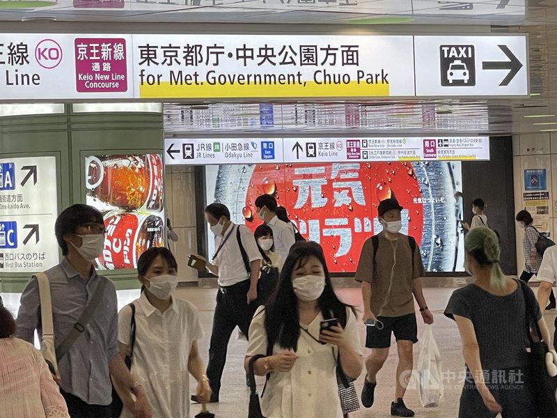 東京27日通報確診2848例,創今年1月15日以來單日新高。圖為新宿地鐵站人潮。中央社記者楊明珠東京攝 110年7月27日