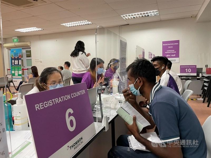 新加坡官員26日表示,預估9月初,星國將有8成人口完成疫苗接種。圖為當地一處疫苗接種中心報到處。攝於7月9日。中央社記者侯姿瑩新加坡攝 110年7月26日