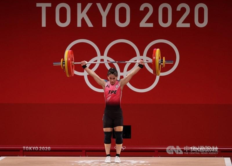 台灣「舉重女神」郭婞淳出征東京奧運,27日下午在舉重59公斤級A組出賽,抓舉舉起103公斤,最終奪得金牌。中央社記者吳家昇攝 110年7月27日