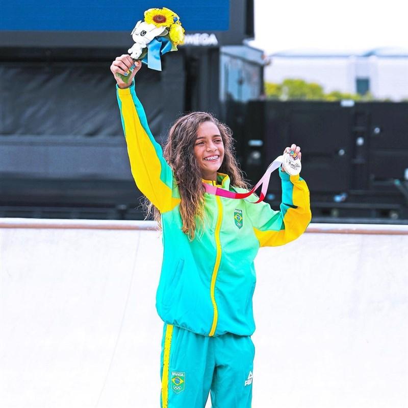 2020東京奧運新增滑板項目,13歲的巴西選手拉薏莎.李爾在女子滑板街式賽奪銀。(圖取自instagram.com/rayssalealsk8)