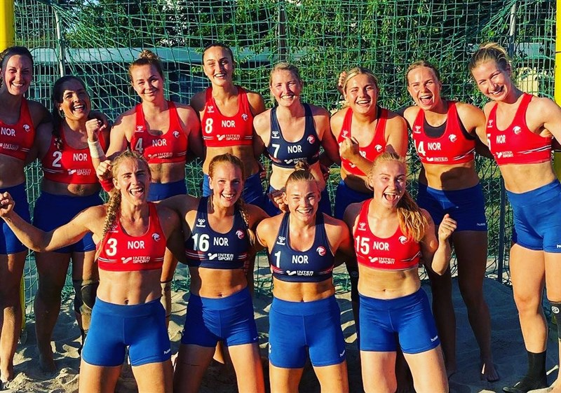 挪威女子沙灘手球隊因拒絕在銅牌戰穿著規定的比基尼泳褲,改穿短褲,遭歐洲手球總會下令吐出1500歐元(約新台幣5萬元)罰款。(圖取自twitter.com/NORhandball)