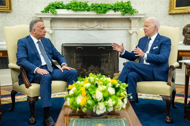 美國總統拜登(右)26日和伊拉克總理哈德米(左)展開會談,並表示美國在伊拉克的戰鬥行動將終止。(圖取自facebook.com/POTUS)