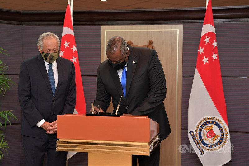 美國國防部長奧斯汀(Lloyd Austin)(右)上任後首訪新加坡,27日拜會星國防長黃永宏。(新加坡國防部提供)中央社記者侯姿瑩新加坡傳真 110年7月27日