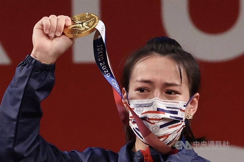台灣「舉重女神」郭婞淳27日在東京奧運破抓舉、挺舉和總和都打破大會紀錄,比第2名土庫曼選手多舉了19公斤,如願拿下個人首面奧運金牌。中央社記者吳家昇攝 110年7月27日