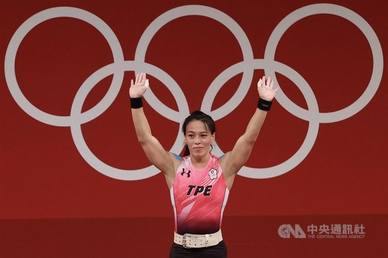 台灣「舉重女神」郭婞淳27日下午在東京奧運女子舉重59公斤級A組登場,抓舉以103公斤領先眾人,挺舉最終成績為133公斤,總和236公斤,為台灣拿下本屆奧運首面金牌。中央社記者吳家昇攝 110年7月27日