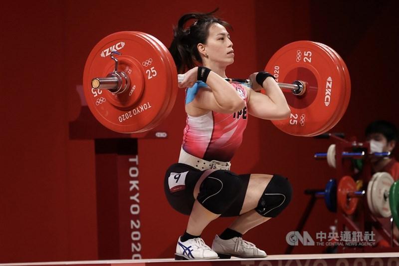 「舉重女神」郭婞淳(中)27日在東京奧運女子舉重59 公斤級登場,抓舉先以103公斤成績領先眾人,隨後挺舉第一把重量設定125公斤,一舉成功,總和成績遠遠領先,等同金牌順利入袋。中央社記者吳家昇攝 110年7月27日