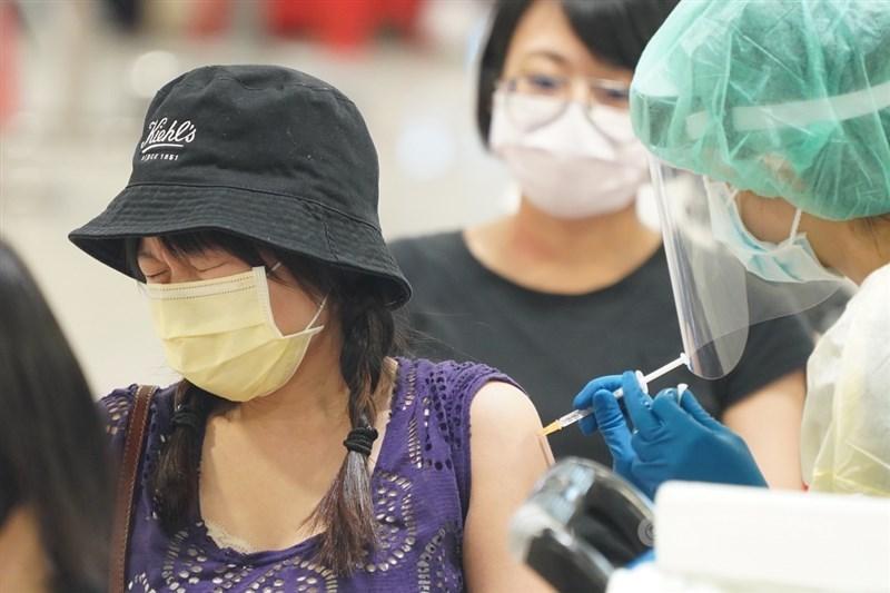 第4批自購AZ疫苗58.2萬劑27日下午抵台,台灣至今已取得超過948萬劑疫苗。累計超過700萬人次打疫苗,涵蓋率破28.7%。(中央社檔案照片)