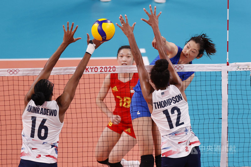 尋求衛冕的中國女子排球隊27日在東京奧運小組賽以0比3敗給美國,吞下二連敗瀕臨淘汰邊緣,主將朱婷因傷表現失常是主因。圖為朱婷(藍衣)賽中躍起扣殺。(中新社提供)中央社 110年7月27日