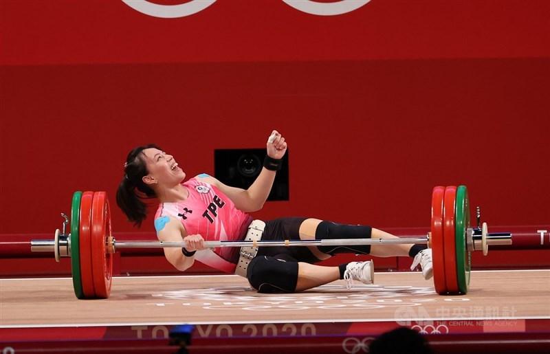 台灣「舉重女神」郭婞淳27日順利拿下東京奧運女子舉重59公斤級金牌,儘管在挺舉第一舉就已確定勝利,但她仍持續挑戰自我,第3舉141公斤雖失敗,但郭婞淳依然笑得陽光。中央社記者吳家昇攝 110年7月27日