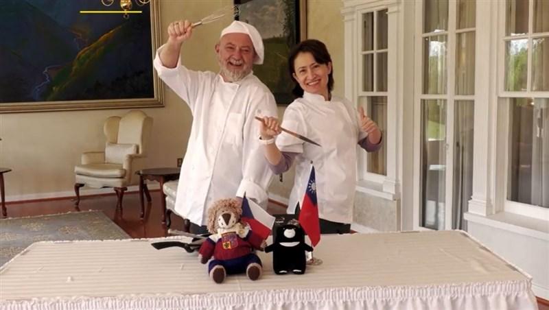 駐美代表蕭美琴(右)「以廚會友」,與捷克駐美國大使柯蒙尼契克(左)互相切磋廚藝,靠美食拉近兩國關係。(圖取自facebook.com/TECRO.USA)