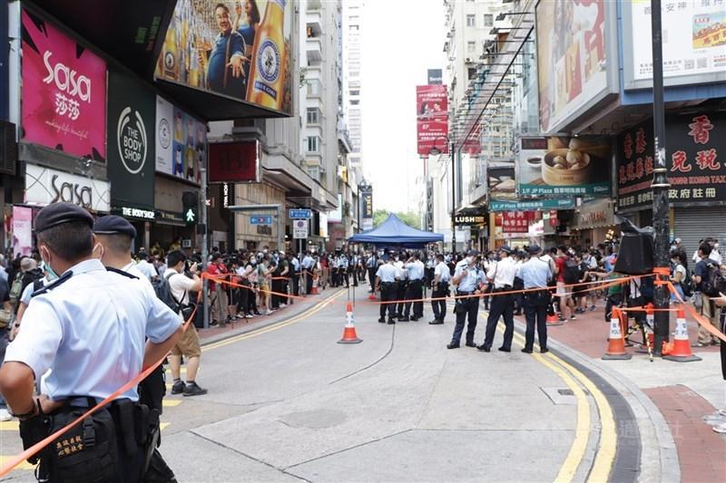 香港記協27日指出,一名採訪七一刺警案的記者遭警方國安處人員以「協助調查」為由帶走。圖為1日香港警方在銅鑼灣一帶高度戒備,以防前兩年「反送中」運動的示威捲土重來。(中央社檔案照片)