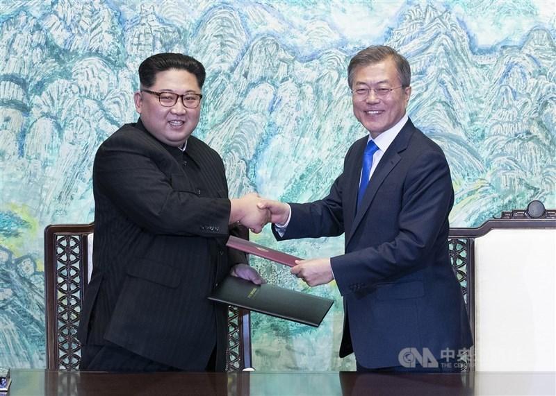 南韓、北韓去年6月切斷軍事和政治熱線,兩韓27日表示雙方已恢復跨境溝通。圖為北韓領袖金正恩(左)與南韓總統文在寅(右)2018年會面。(中央社檔案照片)