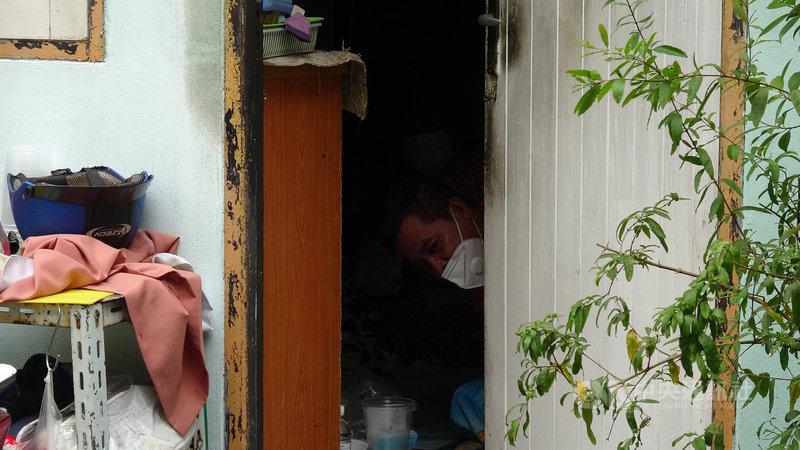 住在曼谷孔堤區貧民窟的阿杜7月中確診2019冠狀病毒疾病,但曼谷地區病床難求,阿杜排不到醫院病床,只能在家裡等待。中央社記者呂欣憓曼谷攝 110年7月27日