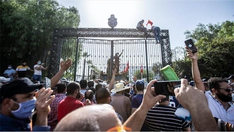 突尼西亞總統薩伊德25日開除總理、凍結國會,引發突尼西亞邁向民主10年來最大政治危機。圖為26日雙方支持者在議會大樓前發生衝突。(安納杜魯新聞社)