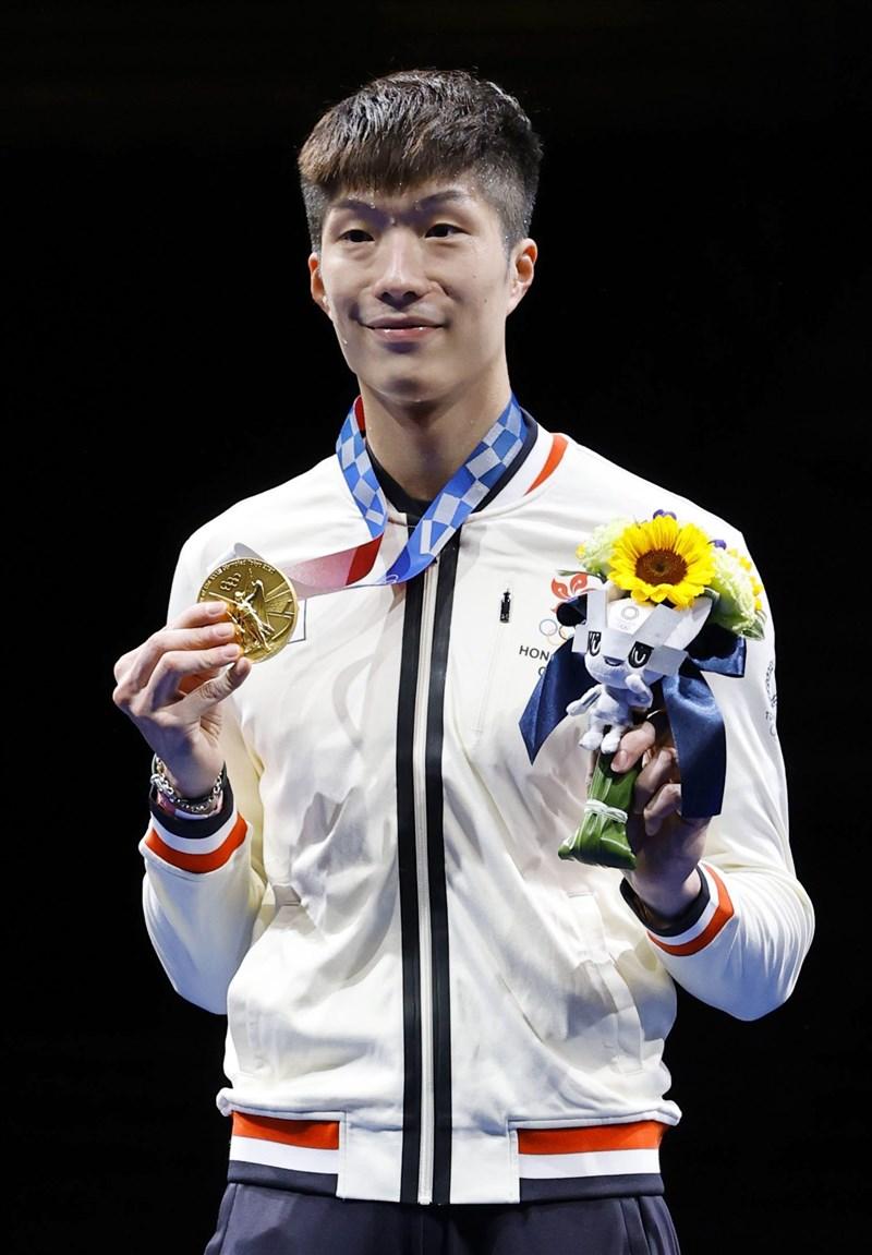 香港擊劍手張家朗26日在東京奧運男子鈍劍項目奪金,是香港25年來首面奧運金牌,也是歷來第2金。(共同社)