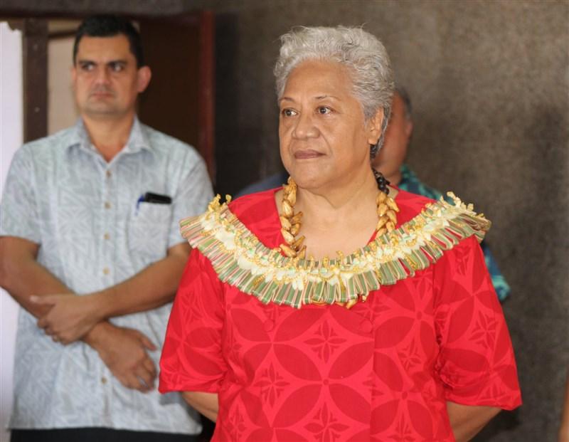 南太平洋島國薩摩亞選後長達109天的政壇動盪終於落幕,馬塔法(前)27日成為薩摩亞第一位女性總理,她的首要任務之一是釐清與中國未來的關係。(圖取自facebook.com/samoagovt)