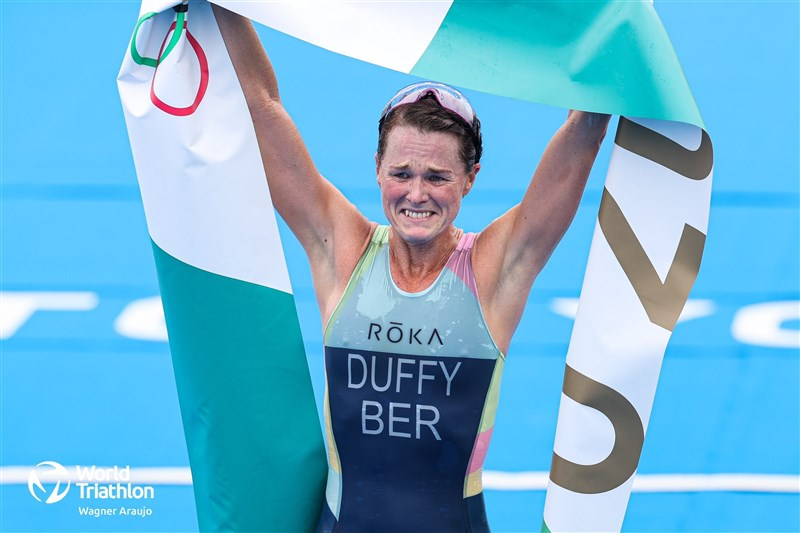 百慕達運動員達菲27日在東京奧運鐵人三項女子組賽事摘金,是這個群島歷來首面奧運金牌。(圖取自twitter.com/worldtriathlon)