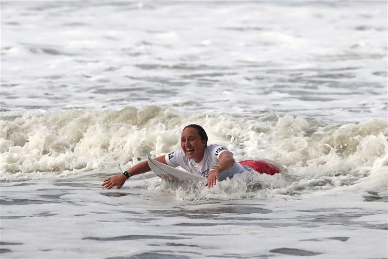 美國女子衝浪好手摩爾27日在女子衝浪項目決賽,順利摘下金牌。(圖取自facebook.com/tokyo2020)