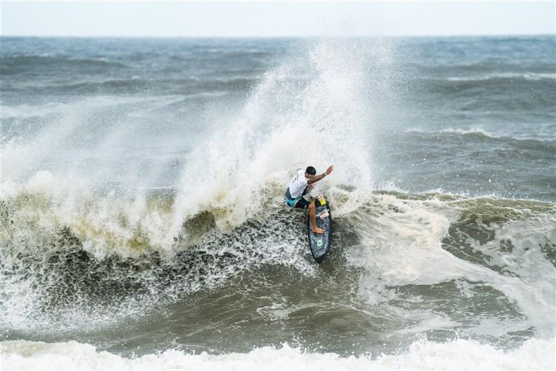 東京奧運衝浪比賽金牌由今年27歲的巴西男子選手費瑞拉奪下。(圖取自twitter.com/ISAsurfing)