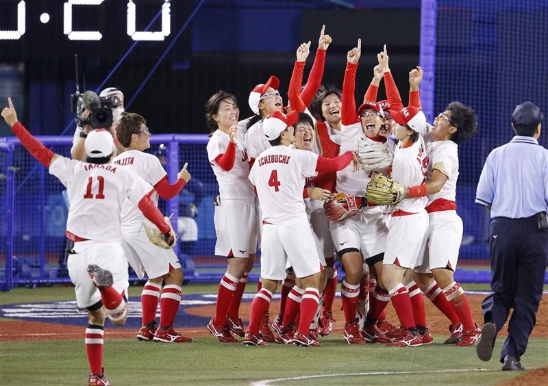 壘球項目在2008年北京奧運後重返奧運殿堂,27日日本對決宿敵美國隊,最終2比0拿下時隔13年的奧運金牌。(共同社)