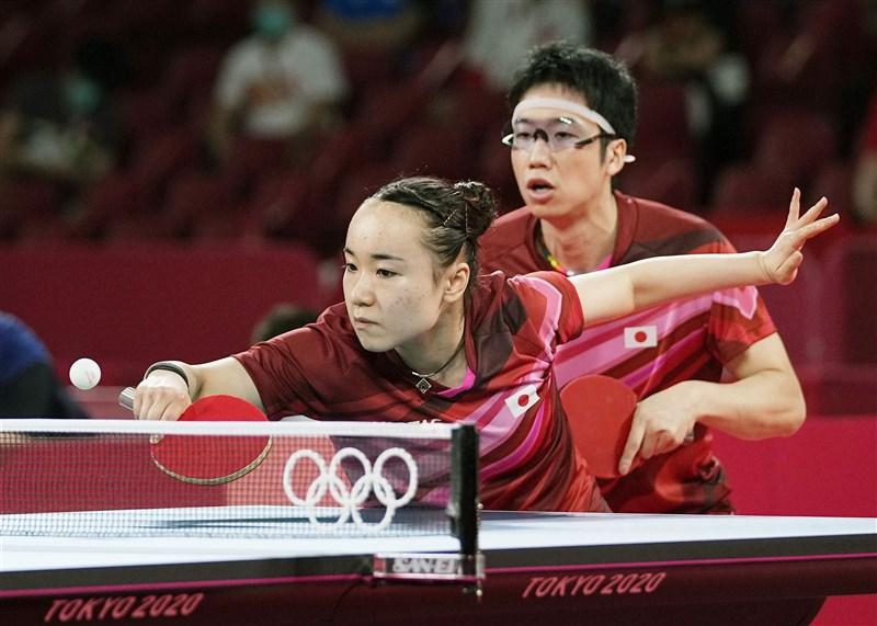 日本桌球混雙搭檔水谷隼(後)與伊藤美誠(前)27日在東奧聯手擊敗中國奪金,這對搭檔年齡差12歲,從小一起長大。(共同社)