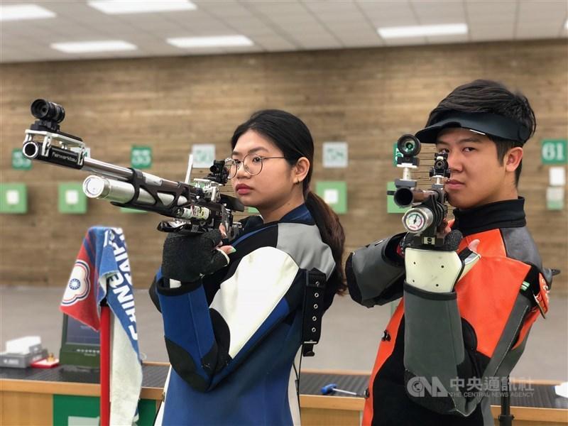台灣射擊選手林穎欣(左)與呂紹全(右)在27日的東京奧運10公尺空氣步槍混合團體資格賽,以第14名作收,無緣晉級第2階段資格賽。(中央社檔案照片)