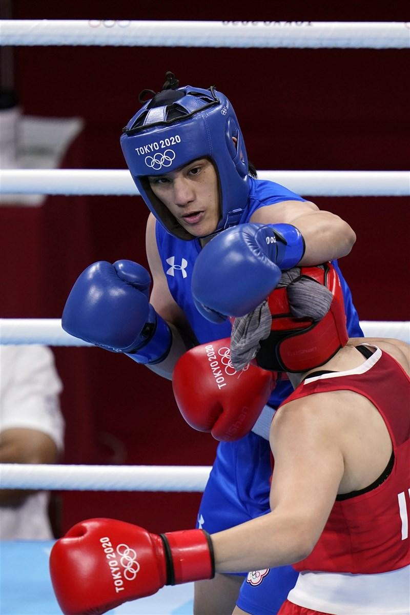 台灣「拳擊女王」陳念琴(藍衣)27日在東京奧運女子69公斤16強賽事中,險勝義大利對手晉級8強。(美聯社)