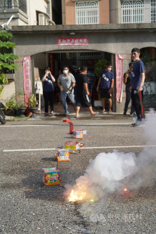 「舉重女神」郭婞淳27日在東京奧運女子舉重59公斤級賽事不負眾望,為台灣奪下東奧首面金牌,她在台東的親友們也興奮不已,開心在家門前放鞭炮慶祝。中央社記者董俊志攝 110年7月27日