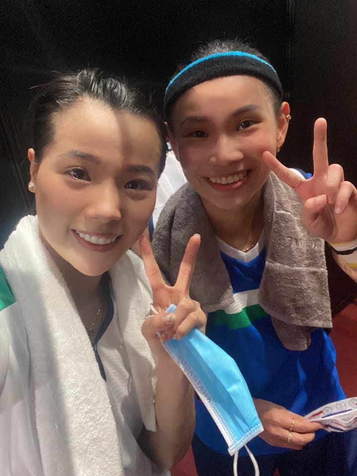 東京奧運越南羽球女將阮垂玲(左)26日與戴資穎(右)交手,落敗的阮垂玲在臉書貼出合照,稱呼戴資穎是她的偶像。(圖取自facebook.com/nguyenthuylinh201197)
