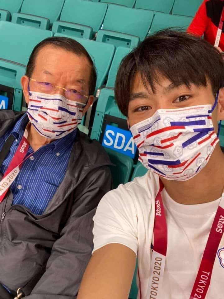 駐日代表謝長廷(左)在東京奧運期間率領駐日官員關懷台灣選手,還熱情為台灣選手加油。圖為謝長廷與柔道選手楊勇緯(右)合照。(圖取自facebook.com/frankcthsiehfans)