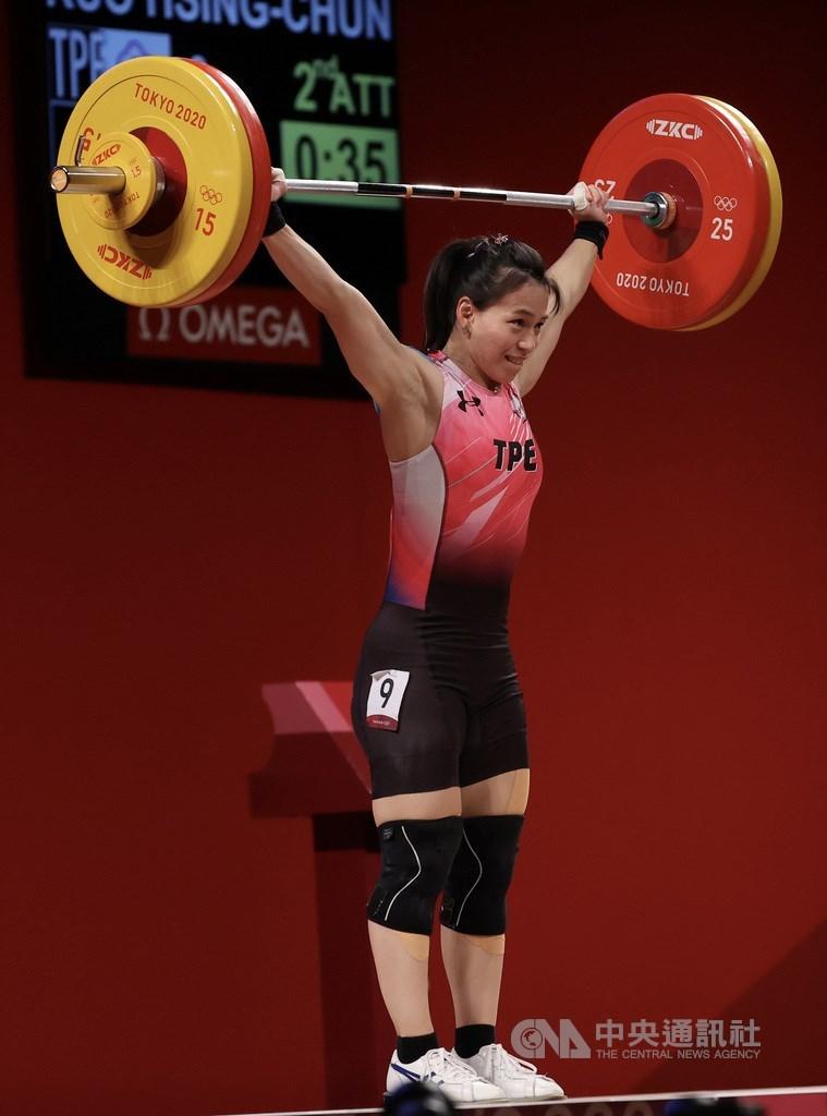 東京奧運女子舉重59公斤級賽程27日下午進行,台灣「舉重女神」郭婞淳A組出賽,第2次挑戰抓舉103公斤,時雖一度舉起,但隨後被改判失敗;第3次挑戰103公斤順利成功,本屆抓舉就以103公斤寫下奧會紀錄。中央社記者吳家昇攝 110年7月27日