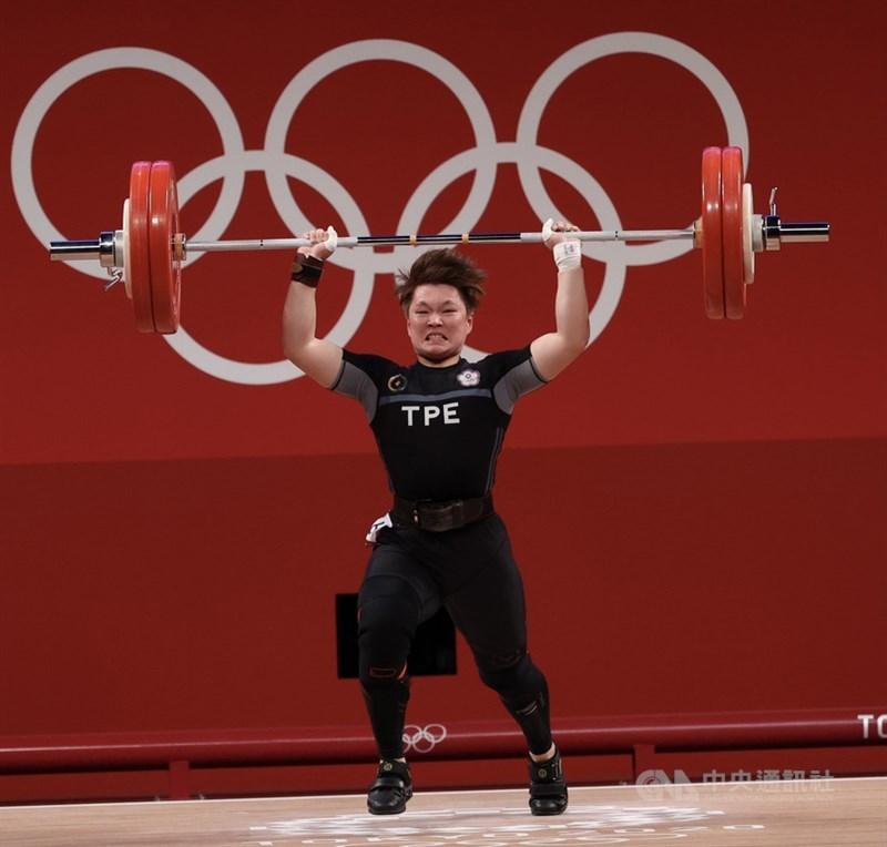 東京奧運女子舉重64公斤級賽事27日登場,台灣舉重女將陳玟卉在挺舉項目時,兩度設定130公斤為目標但都沒能成功,最終仍拿下本屆銅牌。圖為陳玟卉奮力挑戰舉起130公斤的槓鈴。中央社記者吳家昇攝 110年7月27日