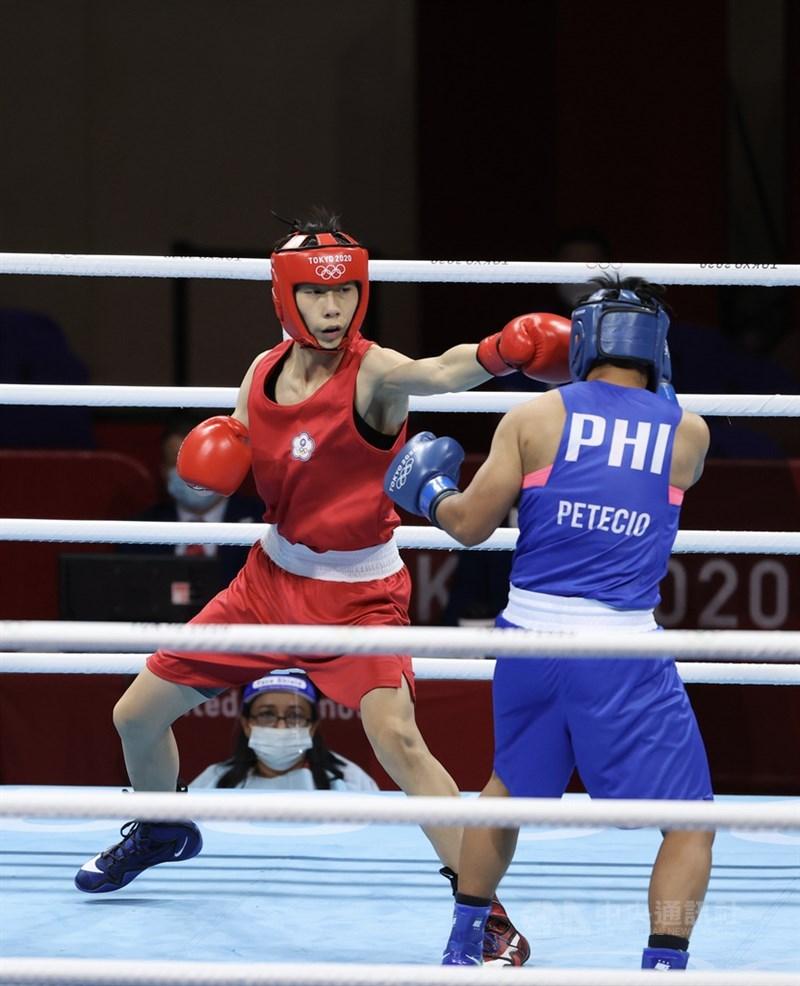 世界排名第一的拳擊女子57公斤級台灣好手林郁婷(紅衣),26日在16強對上菲律賓籍選手皮特西歐(Nesthy Petecio),林郁婷在對戰過程中不斷調整策略,仍未獲裁判青睞,比較總分後、林郁婷吞敗止步。中央社 110年7月26日