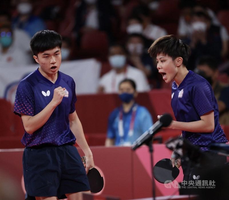 東京奧運桌球混雙項目銅牌戰26日晚間登場,台灣桌球「黃金混雙」林昀儒(左)、鄭怡靜(右)對上法國組合,勢如破竹以直落4獲勝,奪下銅牌。得分時,兩人振臂吶喊。中央社 110年7月26日
